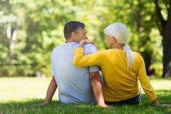 Ältere Paare, die im Park sitzen Stockfoto