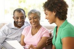 Ältere Paare, die mit Finanzberater sprechen Stockfoto
