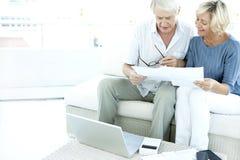 Ältere Paare, die nach Hause Finanzen tun Lizenzfreie Stockfotografie