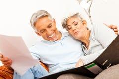 Ältere Paare, die Schreibarbeit tun Lizenzfreie Stockfotografie