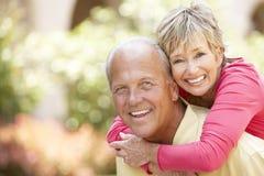 Ältere Paare, die Spaß in der Stadt haben Lizenzfreies Stockbild
