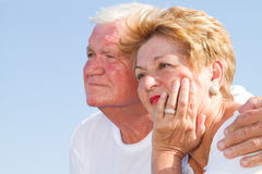 Ältere Paare, die weg schauen Stockfotos