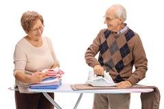 Ältere Paare, die zusammen bügeln Stockfoto