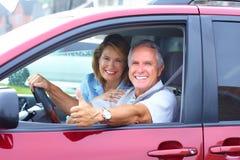 Ältere Paare im Auto Stockbilder