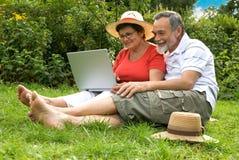 Ältere Paare im Garten Stockfotografie