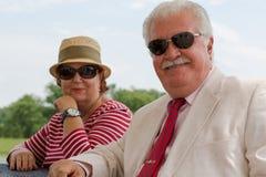 Ältere Paare im Ruhestand, die Sie mit ihren Brillen betrachten Stockfotos