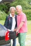 Ältere Paare mit Gepäck Stockfoto