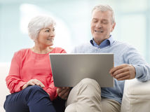 Ältere Paare mit Laptop Lizenzfreie Stockfotos