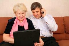 Ältere Paare mit Notizbuch Stockfotografie