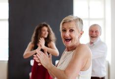 ?ltere Paare in tanzender Klasse mit Tanzlehrer stockbild