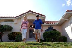 Ältere Paare vor Haus Lizenzfreies Stockfoto