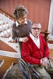 Ältere Paare zu Hause, Mann im Rollstuhl Stockbild