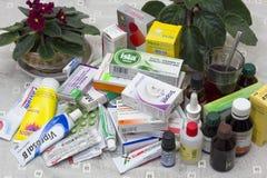 Ältere Person mischt Haufen Drogen bei Stockbilder