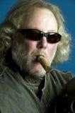 Ältere rauchende Zigarre des langen Haares Lizenzfreie Stockbilder