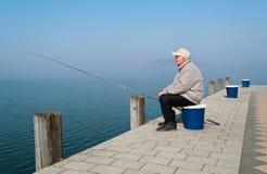 Älterer Angler in See Balaton Lizenzfreies Stockbild