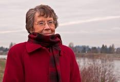 Älterer Bürger-Dame Portrait Cold Outdoors Stockfoto