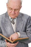 Älterer, der ein Buch liest Stockbilder