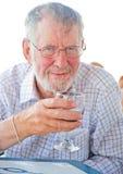 Älterer, der ein Glas Wein genießt. Stockfotos