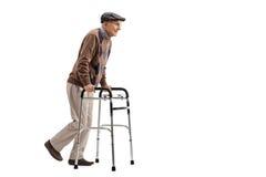 Älterer, der einen Wanderer verwendet Stockbilder