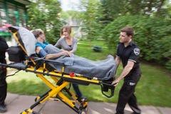 Älterer Frauen-Nottransport Stockfotos