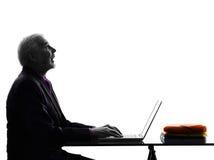 Älterer Geschäftsmann, der offenes Schattenbild des Munds oben schauend rechnet Stockfotos