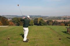 Älterer Golfspieler, der weg im Herbst abzweigt Stockfotografie