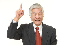 Älterer japanischer Geschäftsmann, der oben zeigt Lizenzfreie Stockfotos