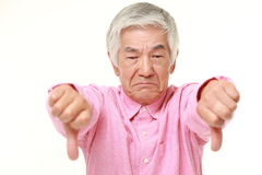 Älterer japanischer Mann mit den Daumen gestikulieren unten Stockbild