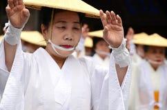 Älterer japanischer Tänzer in der weißen traditionellen Kleidung während Aoba-Festivals Lizenzfreies Stockfoto