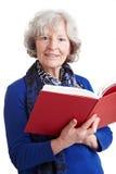 Älterer Lehrer, der ein Buch liest Stockfotografie
