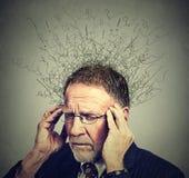 Älterer älterer Mann mit dem besorgten betonten Gesichtsausdruck, der unten schaut Stockfotos