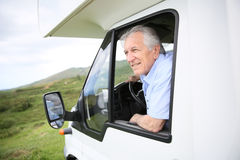 Älterer Mann in bewundern Ansicht des kampierenden Autos Lizenzfreies Stockfoto