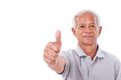 Älterer Mann, der Daumen aufgibt Stockfotos