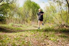 Älterer Mann, der in den Wald läuft Lizenzfreie Stockfotos