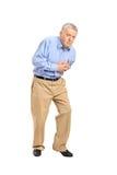 Älterer Mann, der einen Herzinfarkt hat Stockfotos