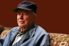 Älterer Mann, der im Warteraum sitzt Lizenzfreie Stockfotos