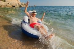 Älterer Mann, der in Meer schwimmt Lizenzfreie Stockfotos