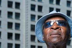 Älterer Mann, der oben schaut Lizenzfreies Stockbild