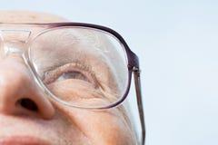 Älterer Mann, der oben schaut Stockfotografie