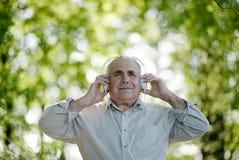 Älterer Mann, der seine Musik genießt Stockfoto