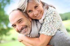 Älterer Mann, der seine Rückseite der Frau fortführt Lizenzfreie Stockfotos