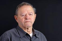 Älterer Mann, der traurig schaut Lizenzfreie Stockbilder