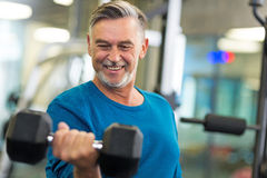 Älterer Mann im Fitnessstudio Stockbild