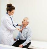 Älterer Mann am Krankenhaus Stockfoto