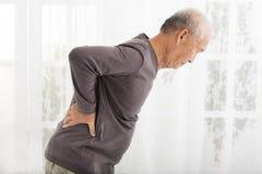 Älterer Mann mit der Schmerz Rückseite herein Stockbild