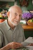 Älterer Mann mit wichtigem Zeichen Stockfotografie