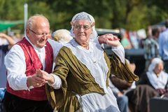 Älterer Mann und Frau, die einen alten niederländischen Volkstanz während eines niederländischen Festivals demonstriert Lizenzfreies Stockbild