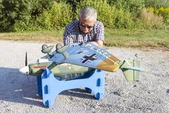 Älterer RC-Modellbauer und sein neues flaches Modell Lizenzfreies Stockbild