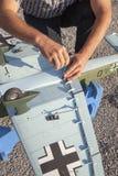 Älterer RC-Modellbauer und sein neues flaches Modell Lizenzfreies Stockfoto