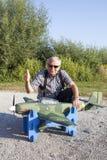 Älterer RC-Modellbauer und sein neues flaches Modell Stockfotos